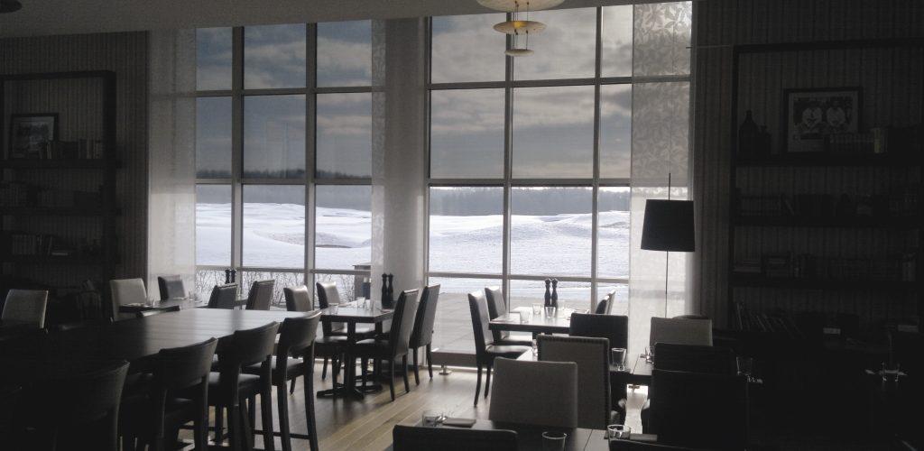 Renson päikesekaitse ekraan restoranil